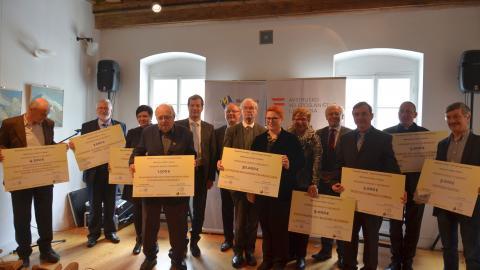 Slika: Na fotografiji prejemniki knjižnega paketa, v sredini veleposlanica Republike Avstrije Sigrid Berka in predsednik Mohorjeve družbe v Celovcu dekan Ivan Olip
