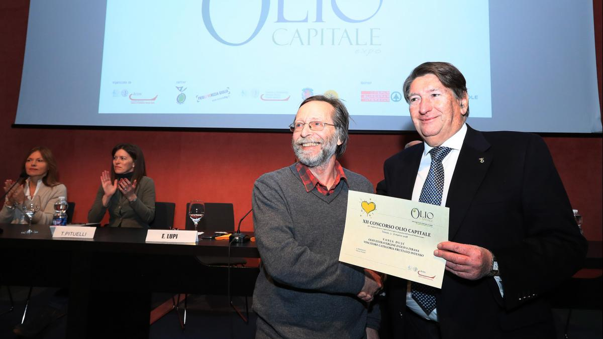 Slika: Oljkar Vanja Dujc (levo) prejel priznanje za olje intenzivne sadežnosti (FOTODAMJ@N)