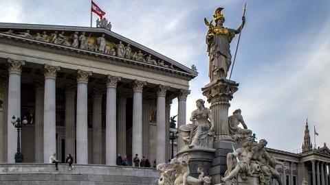 Slika: Parlament sklenil zakon o Velikem petku
