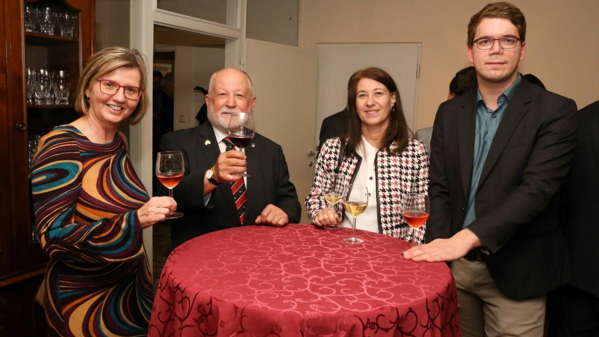 Slika: Ravnateljica Slovenske gimnazije Zalka Kuchling, minister za Slovence v zamejstvu in po svetu Peter J. Česnik, predsednik ZSO Manuel Jug s spremstvom (z leve)