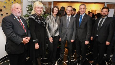 Bild: Minister für Slowenen im Ausland Peter J. Česnik, Staatssekretärin Olga Belec, Generalkonsul der RS Anton Novak mit seiner Frau, Präsident des SGZ Benjamin Wakounig, Robert Kojc (v.l.)