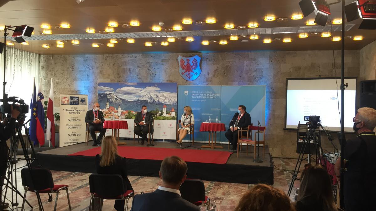 Slika: okrogla miza 1 - Povezovanje in sodelovanje. Z leve: Saša Mumilović (SLO-CRO), Peter Kokalj(AHA), Danijela Žagar (OOZS Kranj) in Matej Hojnik (Triglav Rysy)