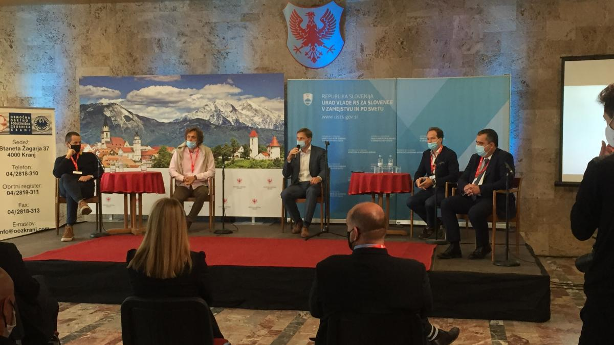 Slika: okrogla miza 2 - Pametno mesto. Z leve: Andraž Logar, Boris Nardin, Tomaž Lanišek, Mario Orasche, Robert Frandolič