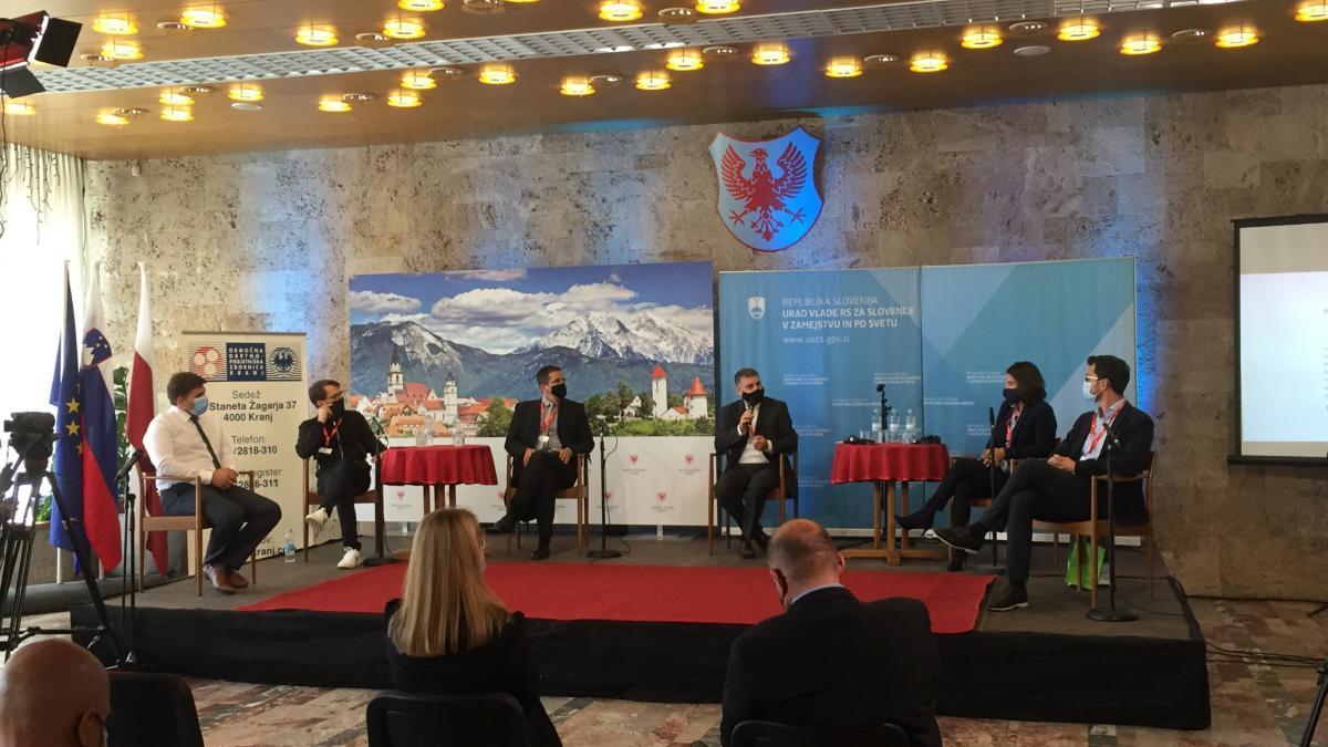 Slika: okrogla miza 3 - Mladi podjetniki. Z leve: Rok Starič, Tomaž Ogris, Aleks Jakulin, Primož Kristan, Julia Remih, Miha Troha
