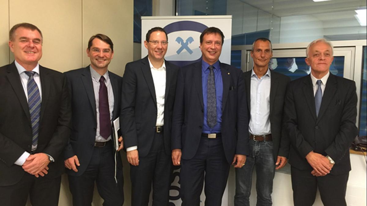 Slika: z leve: Marian Wakounig (podpredsednik upravnega odbora), Artur Reisenberger (podpredsednik nadzornega odbora), Dieter Steffl (poslovodja), Lorenz Kumer (poslovodja), Gebhard Kawalirek (predsednik nadzornega odbora), Felix Wieser (predsednik upravneg
